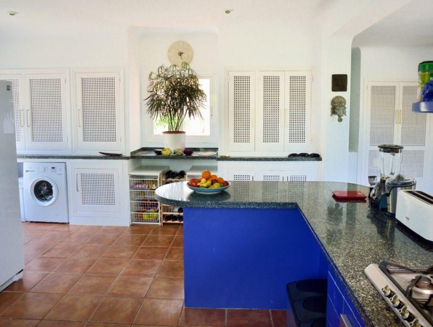 Kitchen wit cupboards